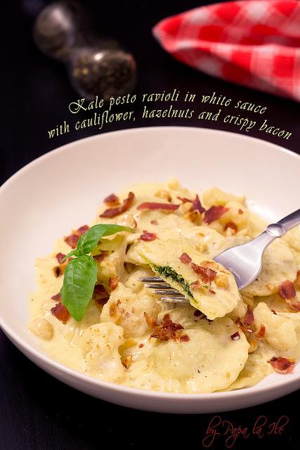 Paste proaspete umplute cu pesto de kale in sos alb cu conopida, alune de padure si bacon crocant