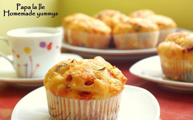 Muffins cu roșii uscate, brânză de capră și busuioc…
